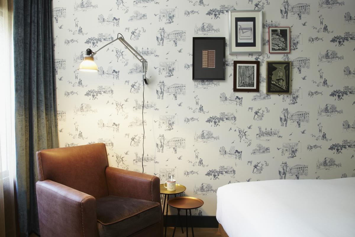 Die eigens für das Hotel designten Tapeten thematisieren Dickens-Motive. Der Schriftsteller lebte in der Nähe des Hotels.